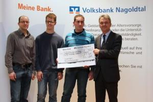 Das Boxenstopp-Team bei der Scheckübergabe in der Volksbank Nagoldtal zusammen mit Vorstandsmitglied Ralf Haller.